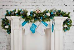 Chimenea de la Navidad blanca con los juguetes Fotografía de archivo libre de regalías