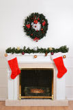 Chimenea de la Navidad con los calcetines de santa Imagen de archivo