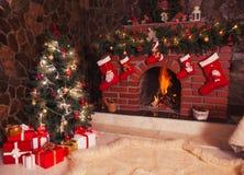 Chimenea de la Navidad en el cuarto fotografía de archivo libre de regalías