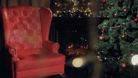 Chimenea de la Navidad Silla de Santa Claus cerca del árbol de navidad 4K almacen de video