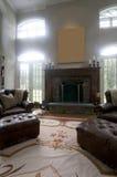 chimenea de las sillas de cuero de la sala de estar Foto de archivo