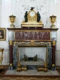 Chimenea de mármol con el reloj en el santo Peterburg del museo de ermita imagen de archivo