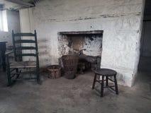 Chimenea de piedra en el sótano de la casa fotos de archivo