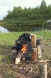 Chimenea de piedra para el baño ruso de la artesanía en el banco del río septentrional Imagen de archivo