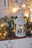 Chimenea del estante adornada con las guirnaldas 9311 de la Navidad Foto de archivo
