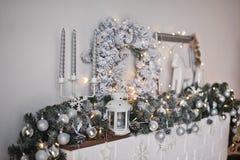 Chimenea del estante adornada con los juguetes y las guirnaldas 9321 de la Navidad Fotos de archivo libres de regalías