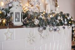 Chimenea del estante adornada con los juguetes y las guirnaldas 9322 de la Navidad Foto de archivo libre de regalías