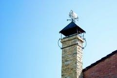 Chimenea del ladrillo en el tejado Imagen de archivo libre de regalías
