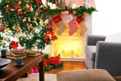Chimenea en la sala de estar adornada para la Navidad Imagenes de archivo