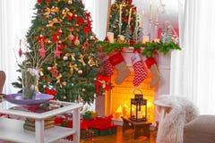 Chimenea en la sala de estar hermosa adornada Fotos de archivo libres de regalías