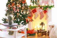 Chimenea en la sala de estar hermosa para la Navidad Foto de archivo