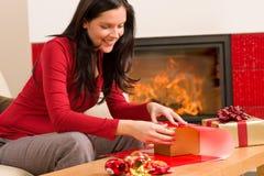 Chimenea feliz del hogar de la mujer del presente del abrigo de la Navidad Imagen de archivo libre de regalías