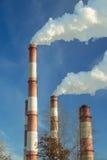 chimenea grande de la fábrica con humo denso Fotos de archivo libres de regalías