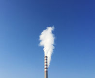 Chimenea industrial con el humo blanco Fotos de archivo libres de regalías
