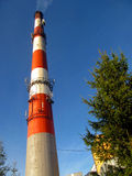 Chimenea industrial concreta arriba rojo-blanca Foto de archivo