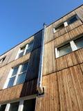 Chimenea metálica en una fachada de madera imagen de archivo libre de regalías
