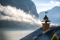 Chimenea, pollo y niebla - Hallstatt, Austria Imagen de archivo