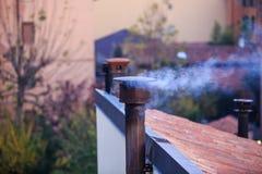 Chimenea que fuma de una casa Fotos de archivo