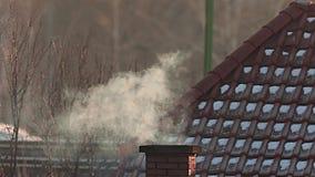 Chimenea que fuma en un tejado almacen de video