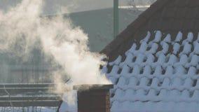 Chimenea que fuma en un tejado almacen de metraje de vídeo