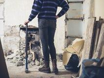 Chimenea que hace una pausa de la mujer con el martillo de trineo Foto de archivo