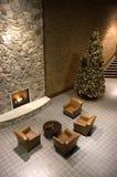 Chimenea, árbol de navidad, sala de espera de la recepción Fotos de archivo