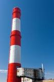 chimenea Rojo-blanca de la fábrica Imagenes de archivo