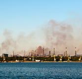 Chimenea-tallos con humo tóxico foto de archivo