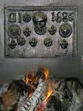 Chimenea vieja del arrabio con el fuego de registro fotografía de archivo libre de regalías