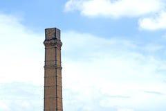 Chimenea vieja en el cielo azul Foto de archivo