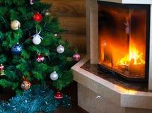 Chimenea y árbol de navidad Foto de archivo libre de regalías