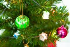 Chimenea y árbol de navidad adornados Fotos de archivo libres de regalías