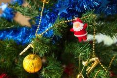 Chimenea y árbol de navidad adornados Fotos de archivo