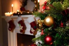 Chimenea y árbol de navidad adornados en la cabaña imágenes de archivo libres de regalías