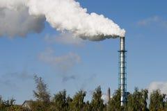 Chimenea y humo Foto de archivo libre de regalías