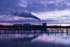 Chimenea y humo en la hora azul imagen de archivo libre de regalías