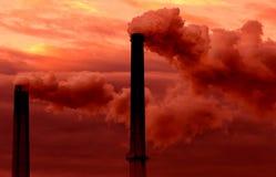 Chimeneas billowing humos Imagen de archivo libre de regalías