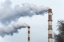 Chimeneas con humo Fotografía de archivo libre de regalías