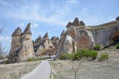 Chimeneas de hadas de Cappadocia en el barranco cerca del pueblo de Cavusin, ne imágenes de archivo libres de regalías
