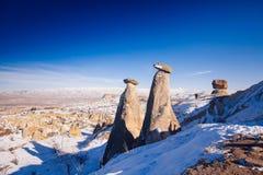 Chimeneas de hadas en Cappadocia, Turquía las tres bellezas en Urgu Imagen de archivo libre de regalías