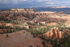 Chimeneas de hadas rojizas Bryce Canyon de la sombra del contraste imágenes de archivo libres de regalías
