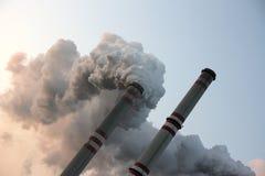 Chimeneas de la central eléctrica de carbón Imagenes de archivo