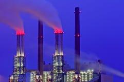 Chimeneas de la central eléctrica en la noche Fotografía de archivo libre de regalías