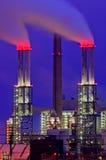 Chimeneas de la central eléctrica en la noche Imagen de archivo libre de regalías