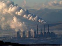 Chimeneas de la central eléctrica que fuman imagen de archivo libre de regalías