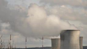 Chimeneas de la fábrica que emiten niebla con humo al cielo almacen de metraje de vídeo