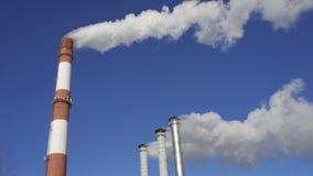 Chimeneas de la fábrica que fuman Problema ambiental de la contaminación del ambiente y del aire en las grandes ciudades almacen de metraje de vídeo