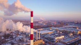 Chimeneas de la fábrica que fuman Problema ambiental de la contaminación del ambiente y del aire en las grandes ciudades Vista de metrajes