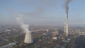 Chimeneas de la fábrica que fuman Problema ambiental de la contaminación del ambiente y del aire en las grandes ciudades Vista de almacen de video