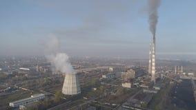 Chimeneas de la fábrica que fuman Problema ambiental de la contaminación del ambiente y del aire en las grandes ciudades Vista de almacen de metraje de vídeo